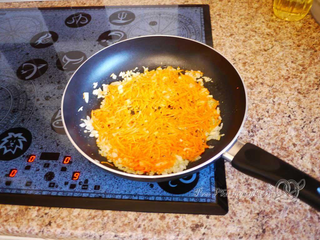 Гречка с грибами в горшочке - обжарка моркови