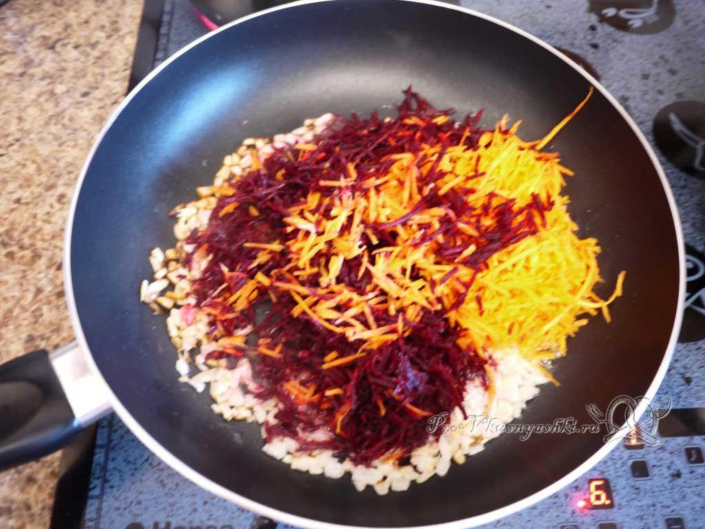 Вегетарианский борщ со свеклой - добавление моркови и свеклы