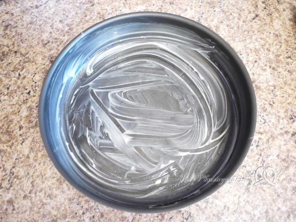 Яблочный пирог Шарлотка в духовке - смазываем форму маслом