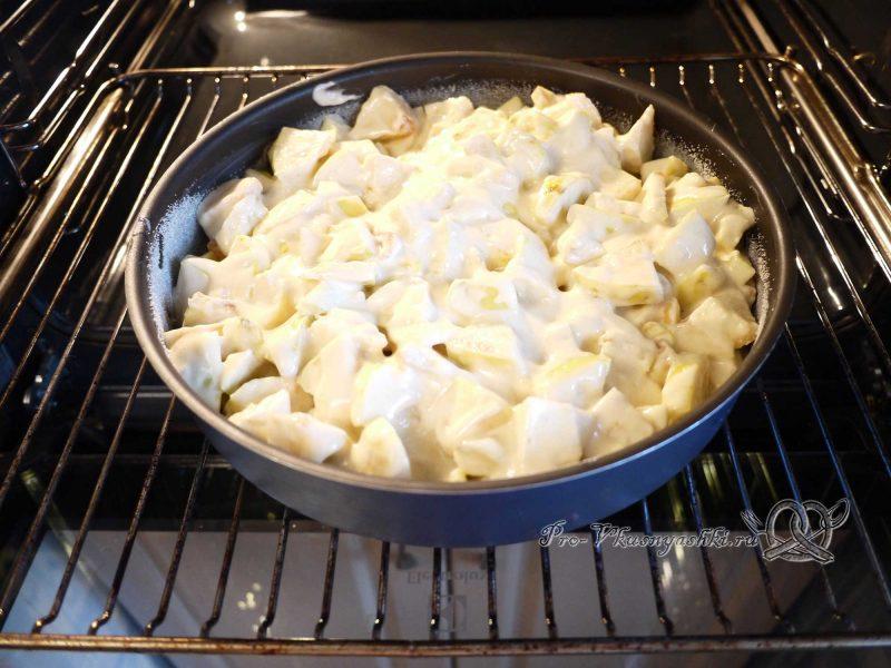 Яблочный пирог (шарлотка) - выкладываем тесто с яблоками в форму