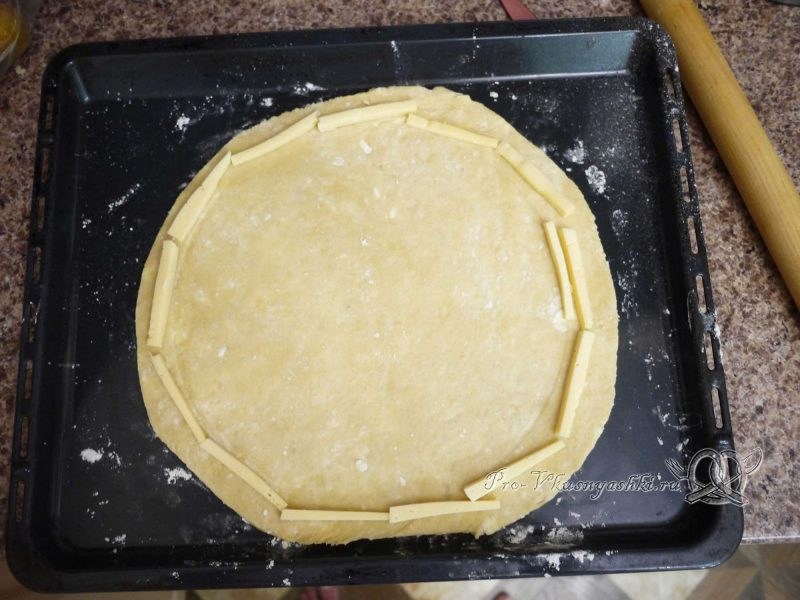 Пицца домашняя из сырно-чесночного теста -сырные бортики