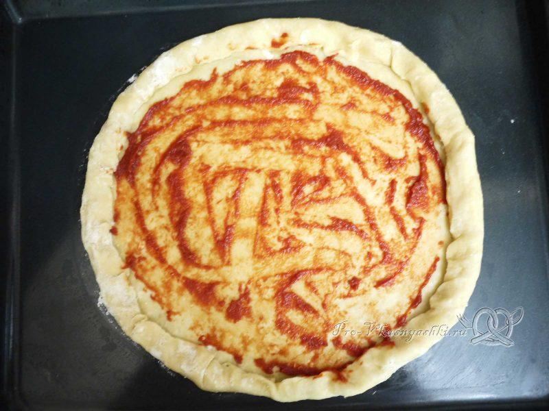 сырно-чесночного теста -смазываем тесто томатной пастой