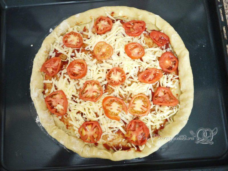 Пицца домашняя из сырно-чесночного теста - выкладываем на сыр помидоры