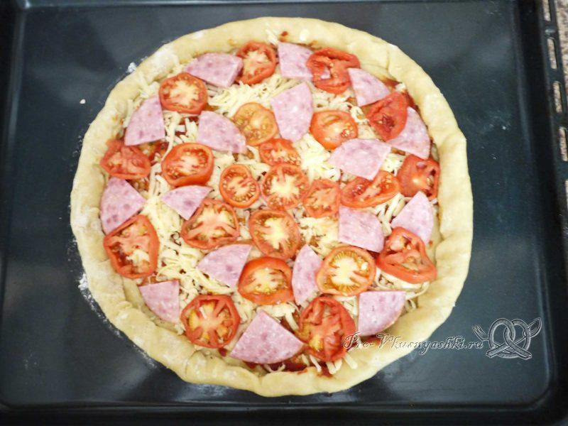 Пицца домашняя из сырно-чесночного теста - выкладываем колбасу