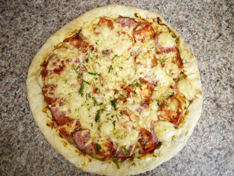 Пицца домашняя из сырно-чесночного теста - посыпаем зеленью