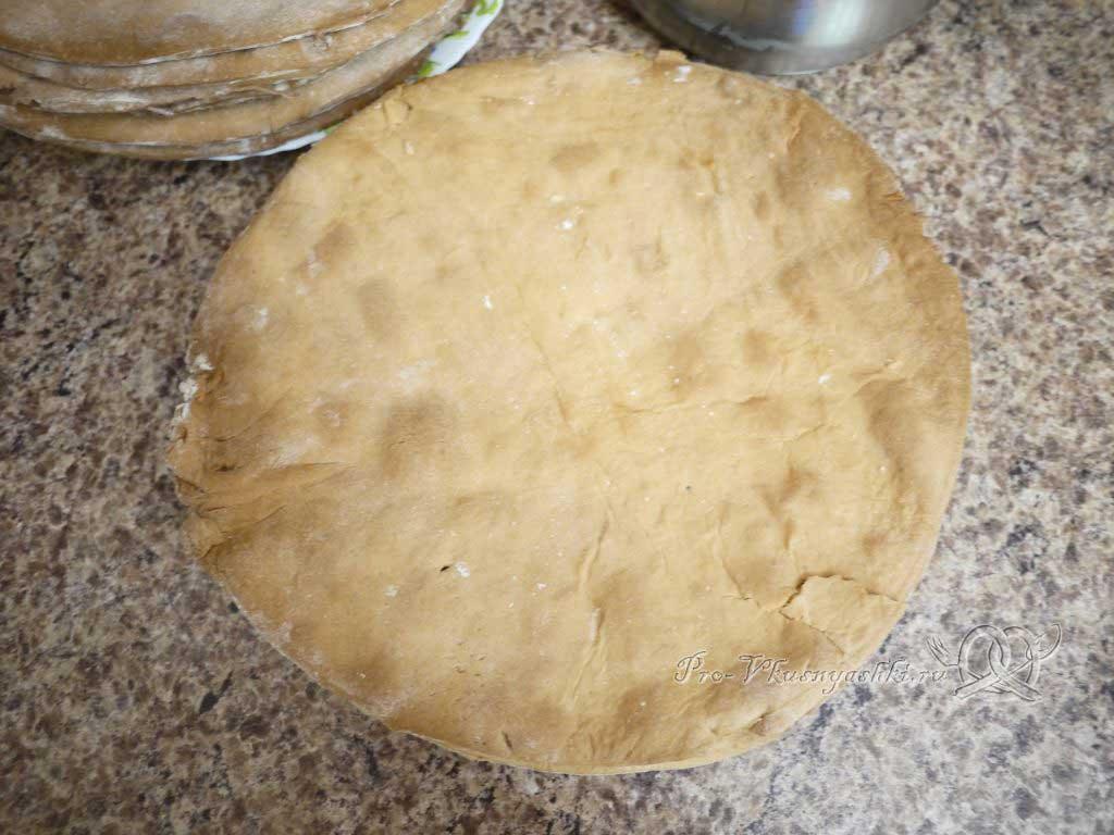 Торт Медовик (Рыжик) классический с заварным кремом - кладем следующий корж