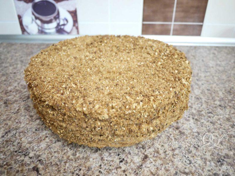 Торт Медовик (Рыжик) с заварным кремом - посыпаем торт крошкой