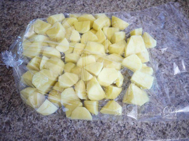 Курица (куриные ножки) с картошкой в духовке - помещаем картофель в рукав