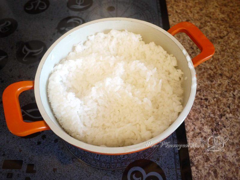 Суши - роллы домашние с рыбой, яйцом и огурцом - рис готов