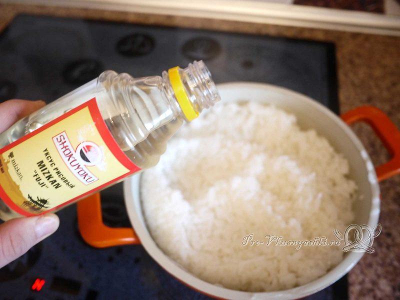 Суши - роллы домашние с рыбой, яйцом и огурцом - заливаем рисовый уксус