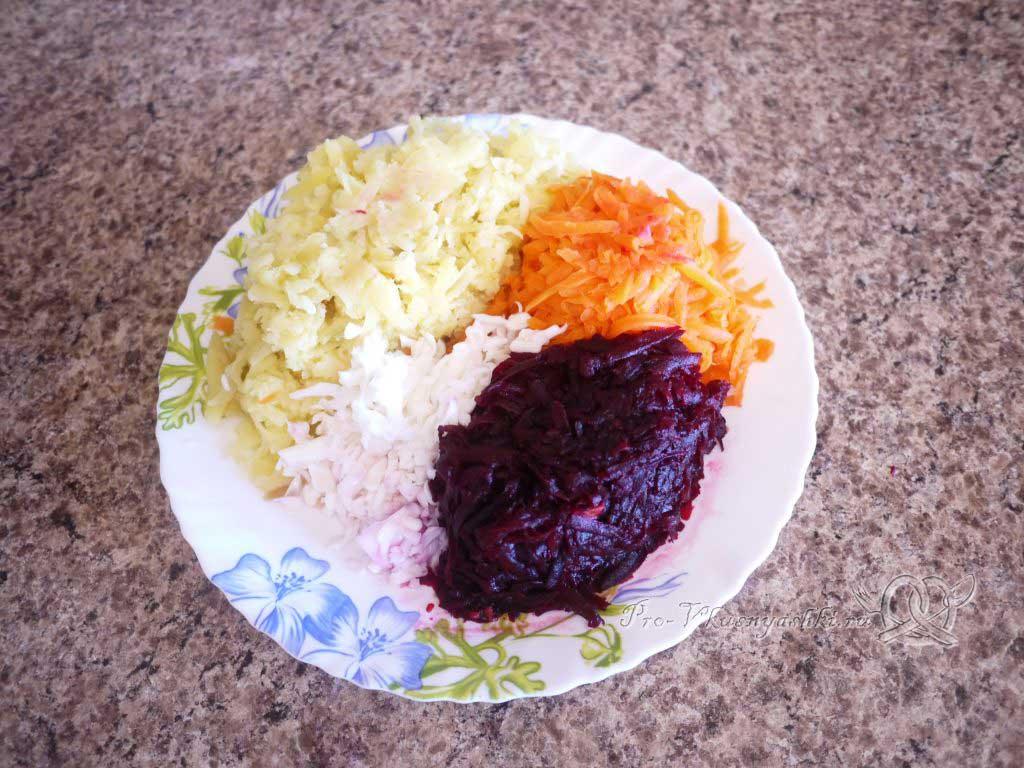 Селедка под шубой - натираем на терке овощи и яйца