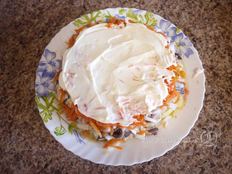 Селедка под шубой - смазываем майонезом морковь