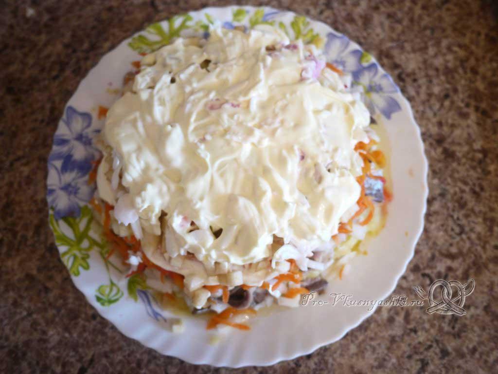 Селедка под шубой - смазываем майонезом яйца
