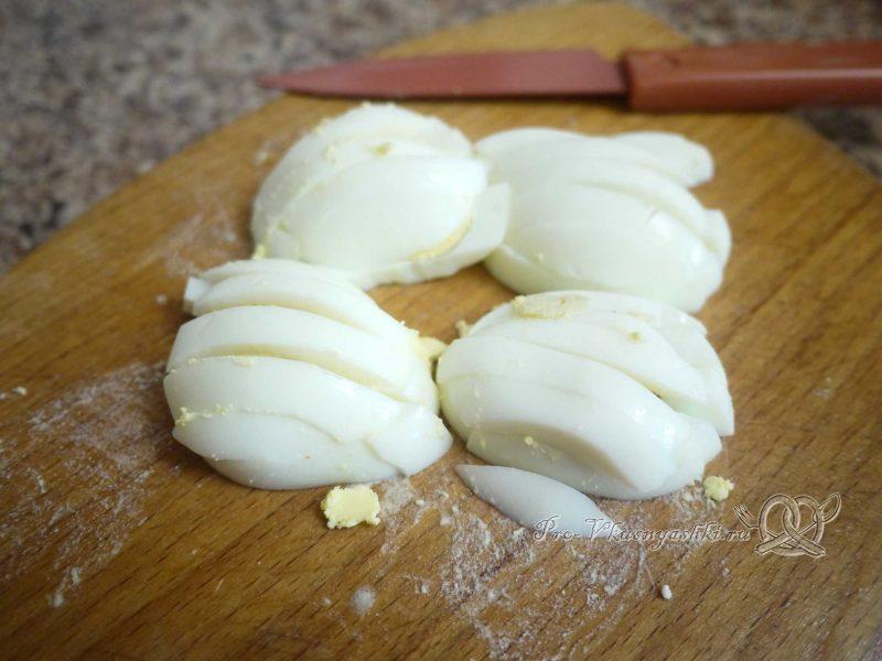 Роллы в домашних условиях с рыбой, яйцом и огурцом - нарезка яиц