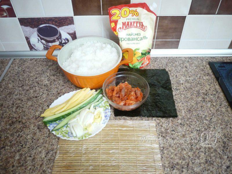 Суши - роллы домашние с рыбой, яйцом и огурцом - подготовленные ингредиенты