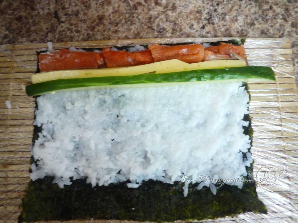 Роллы в домашних условиях с рыбой, яйцом и огурцом - огурец на рисе