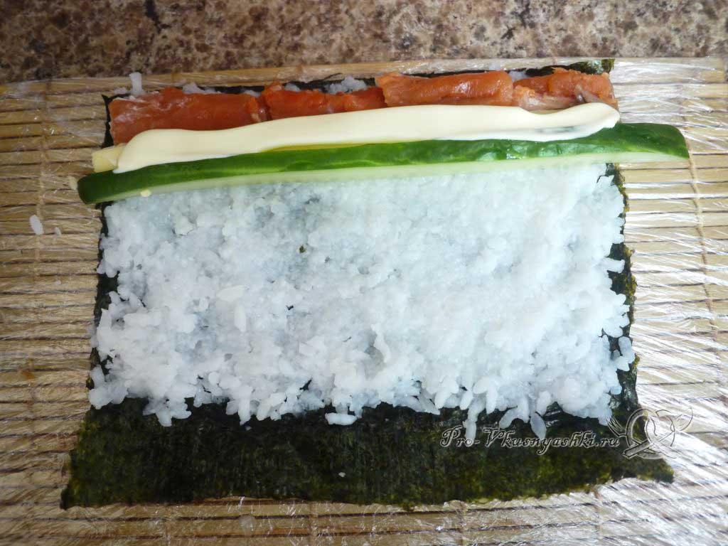Роллы в домашних условиях с рыбой, яйцом и огурцом - добавляем майонез