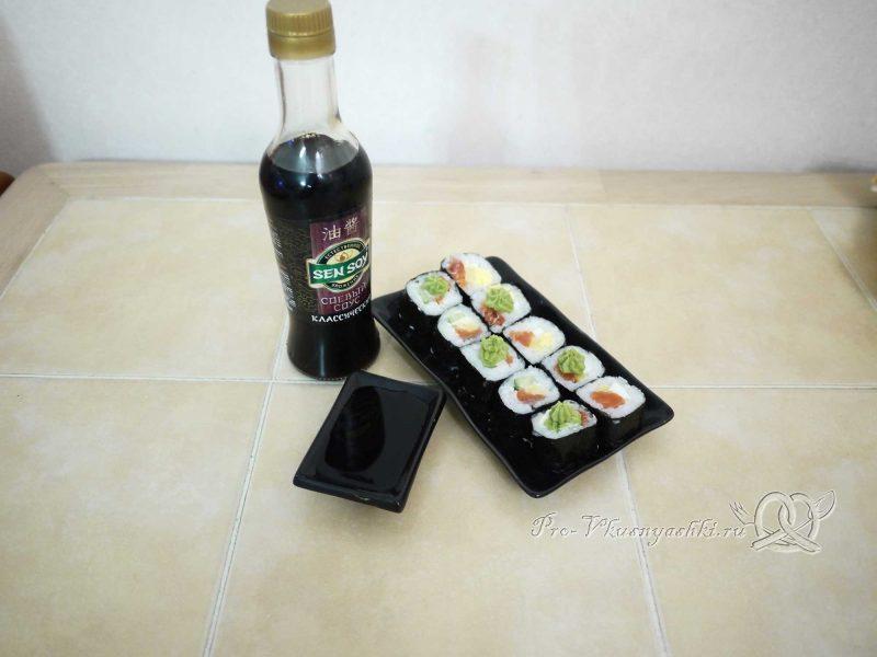 Суши - роллы домашние с рыбой, яйцом и огурцом - с соевым соусом