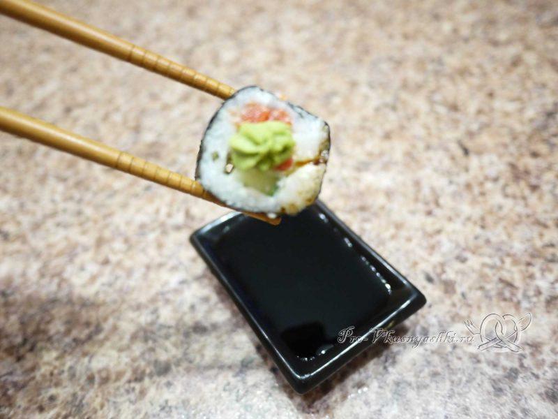 Суши - роллы домашние с рыбой, яйцом и огурцом - подача