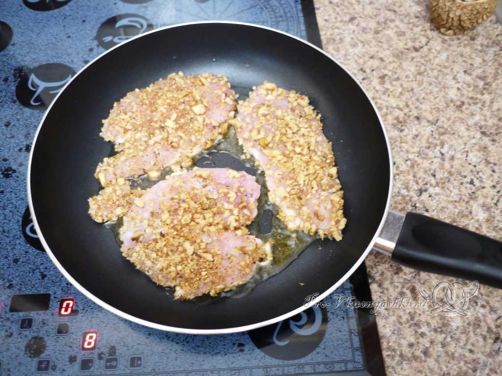 Курица с грецкими орехами - обжариваем с одной стороны