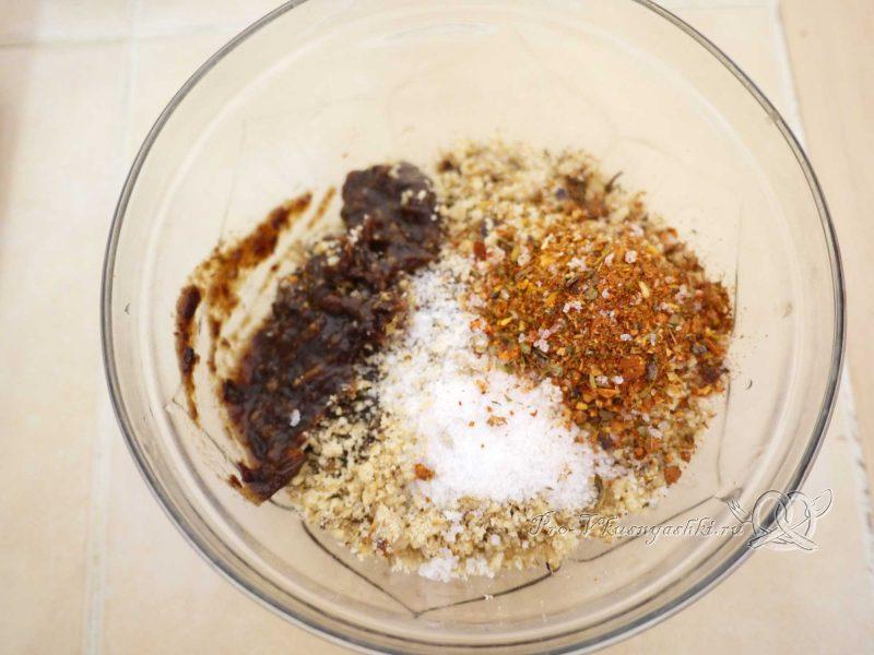Суп Харчо - добавляем специи и соль в измельченные сливы и орехи