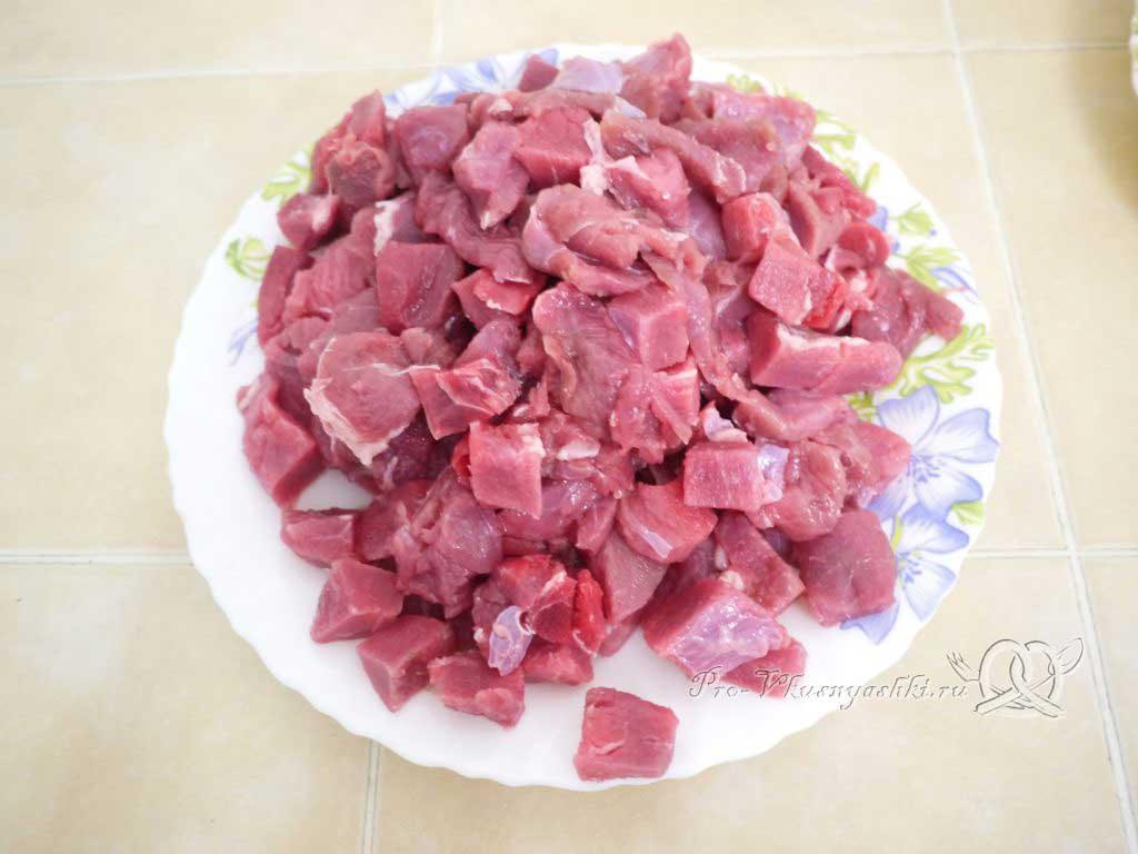 Гуляш из говядины с подливкой на сковороде - нарезаем мясо