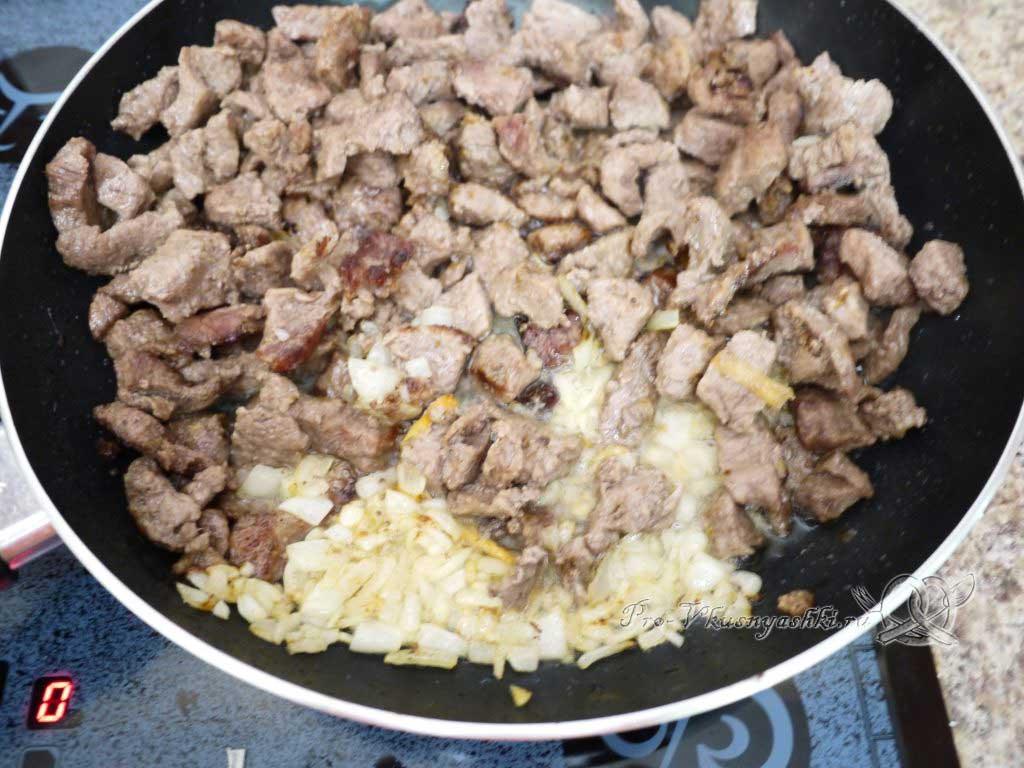 Гуляш из говядины с подливкой на сковороде - добавляем лук