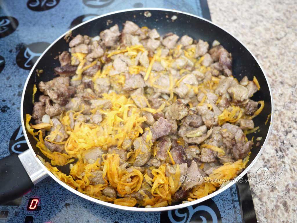 Гуляш из говядины с подливкой на сковороде - добавляем морковь
