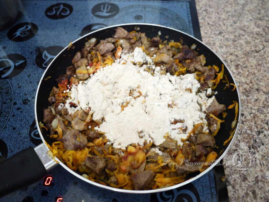 Гуляш из говядины с подливкой на сковороде - добавляем муку