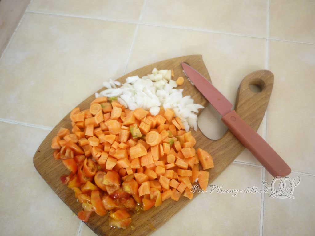 Рис с курицей и овощами - нарезаем овощи