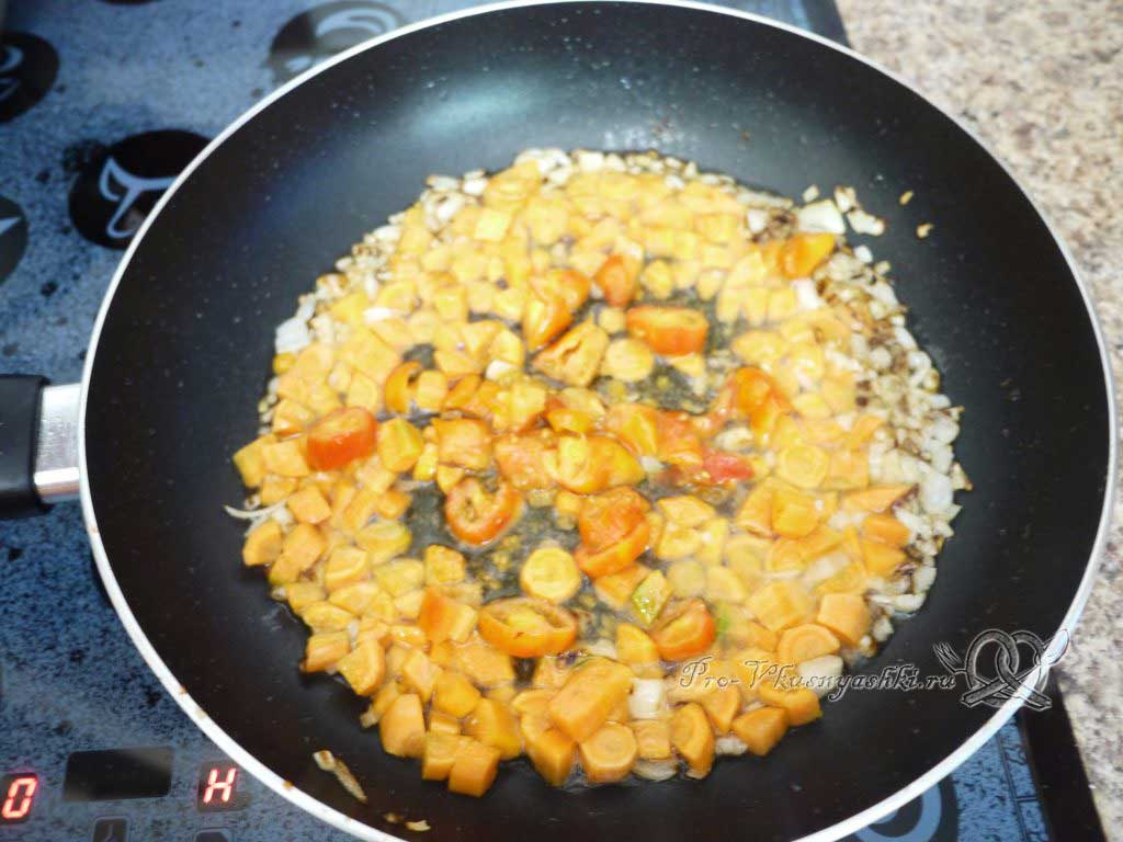 Рис с курицей и овощами - жарим помидоры