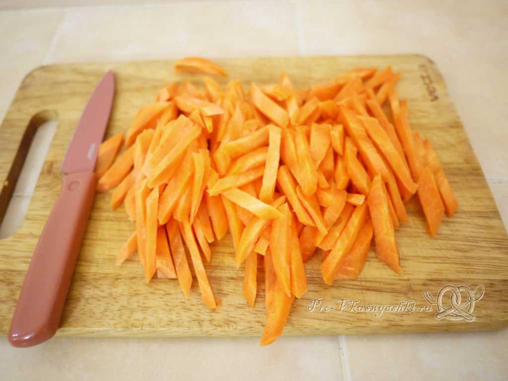 Плов с курицей - режем морковь
