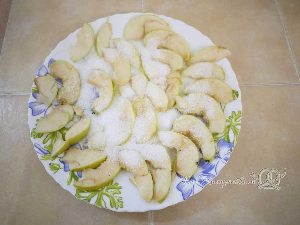Манник с яблоком - нарезаем яблоки