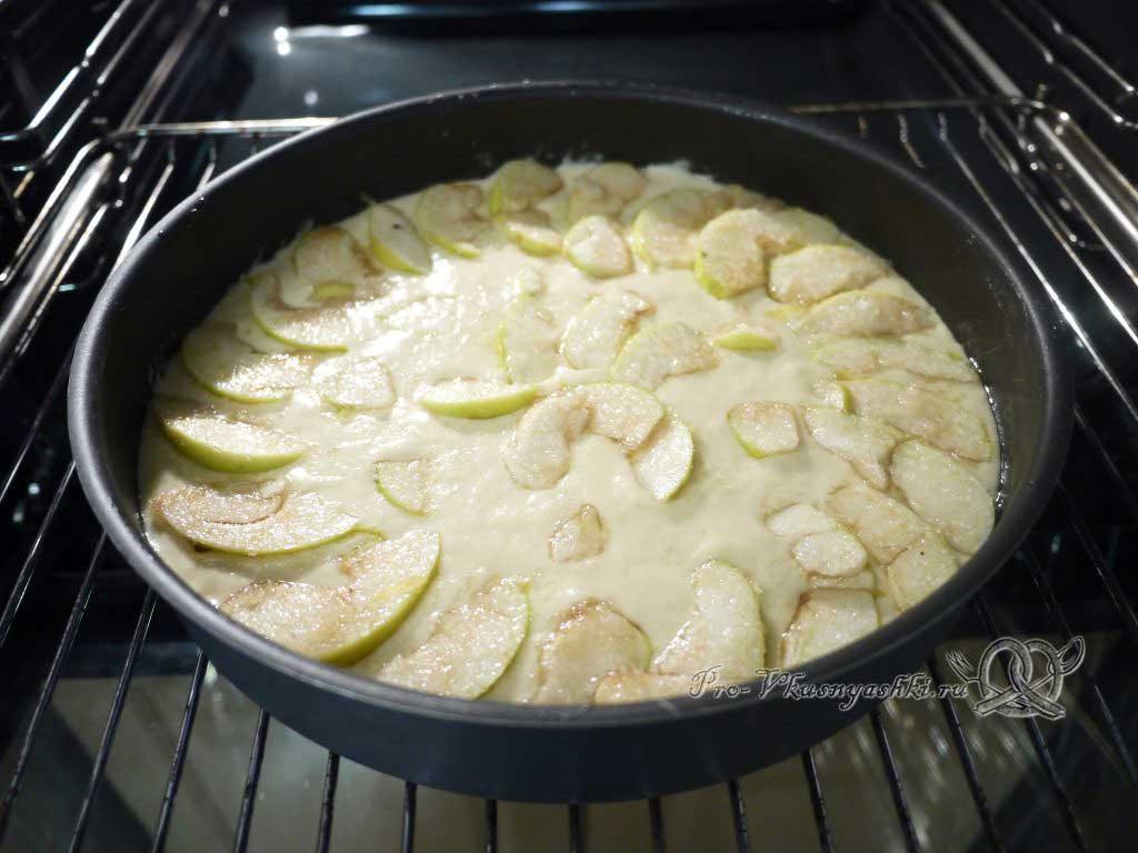 Манник с яблоком - выкладываем яблоки на тесто
