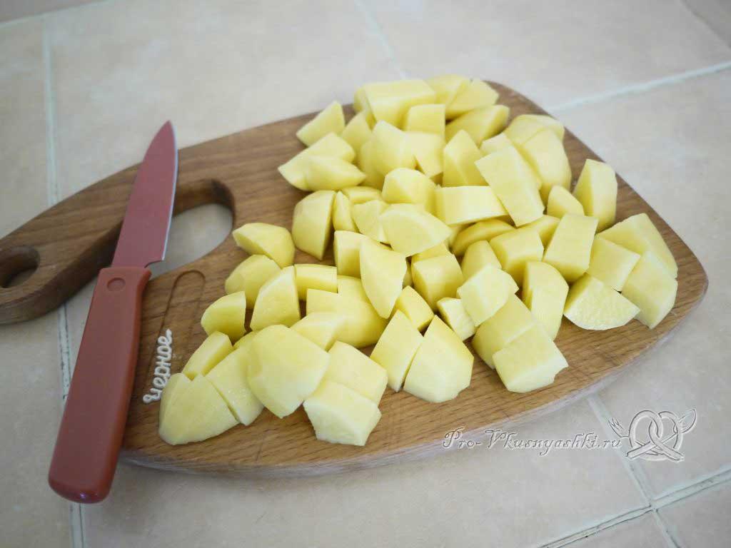Постные щи из свежей капусты - режем картофель