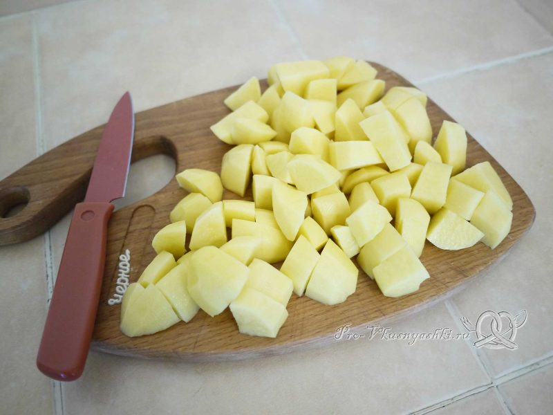 Щи постные со свежей капустой - режем картофель