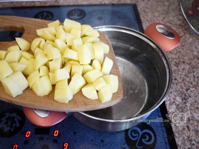 Щи постные со свежей капустой - забрасываем картофель в кастрюлю