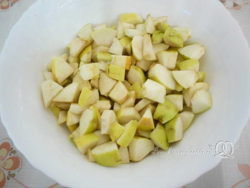 Шарлотка с яблоками из песочного теста - режем яблоки