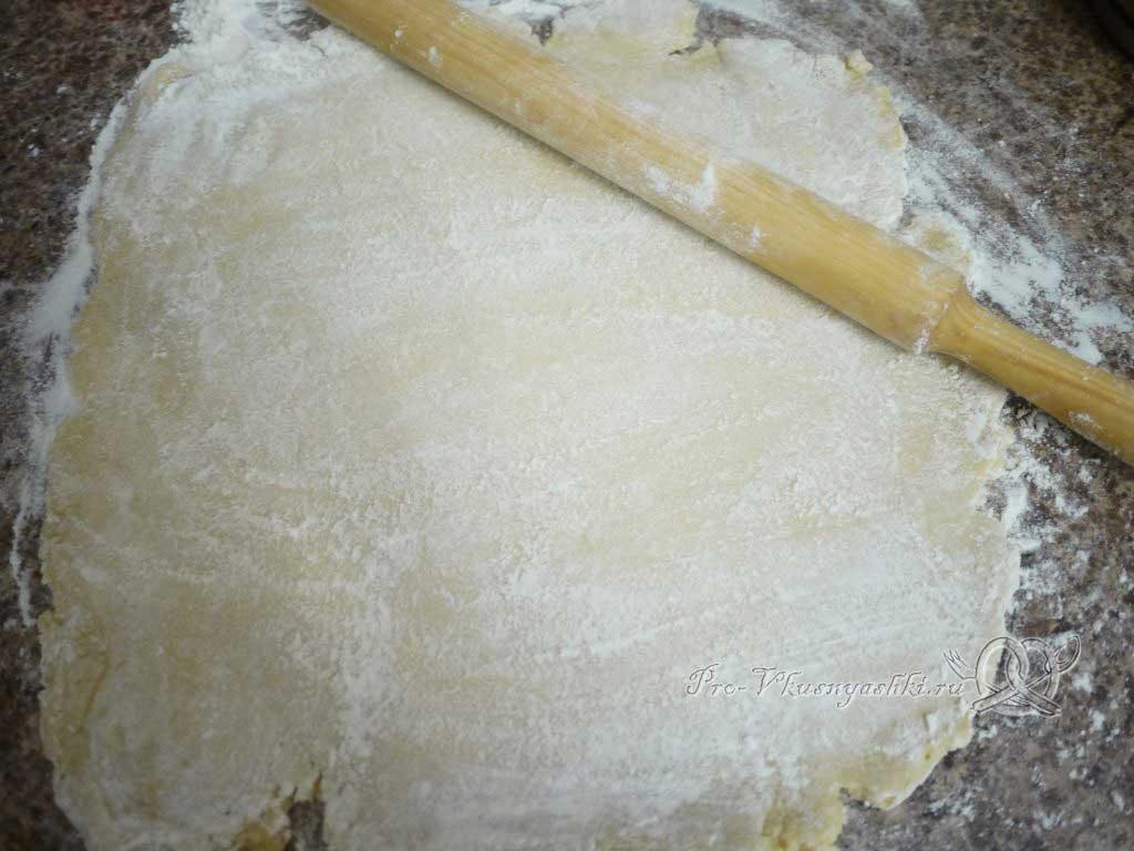 Шарлотка с яблоками из песочного теста - раскатываем тесто