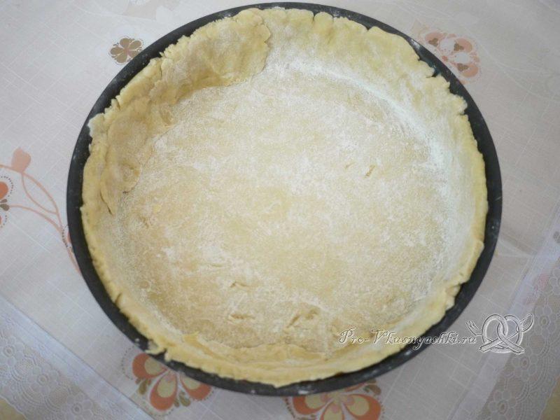Шарлотка с яблоками из песочного теста - выкладываем тесто в форму