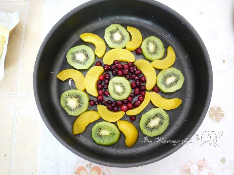 Бисквитный торт Муслин - выкладываем фрукты в форму