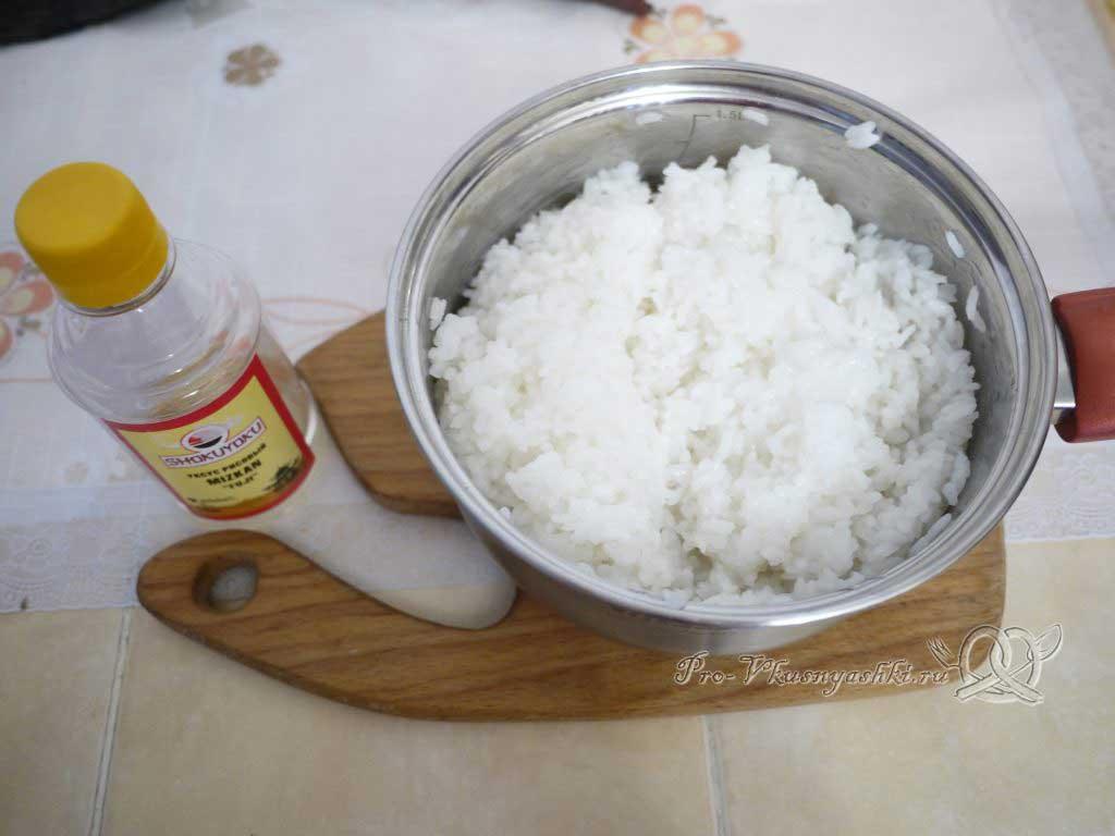 Роллы рисом наружу в домашних условиях - заливаем рис уксусом
