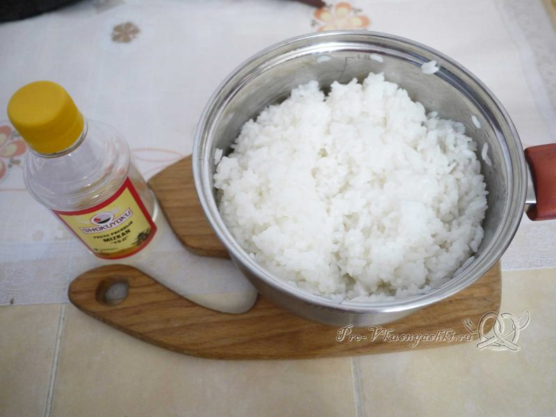 Суши - роллы с рисом наружу (урамаки) - заливаем рис уксусом