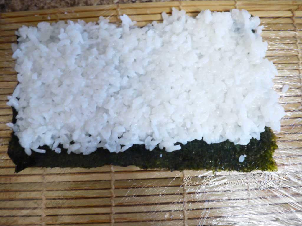 Роллы рисом наружу в домашних условиях - на нори укладываем рис