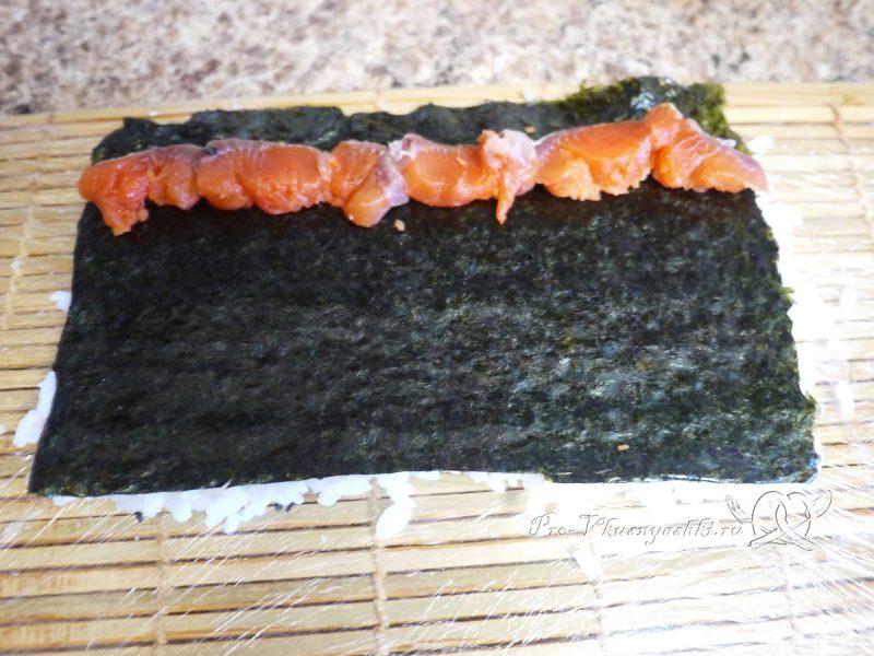 Суши - роллы с рисом наружу (урамаки) - выкладываем рыбу