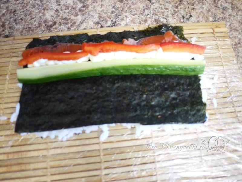 Суши - роллы с рисом наружу (урамаки) - выкладываем перец