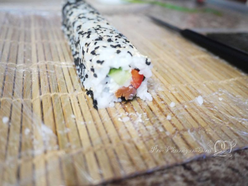 Суши - роллы с рисом наружу (урамаки) - отрезаем края