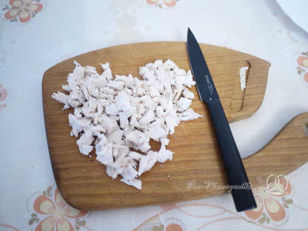 Рулет из лаваша с грибами, яйцом, курицей и сыром - нарезаем курицу