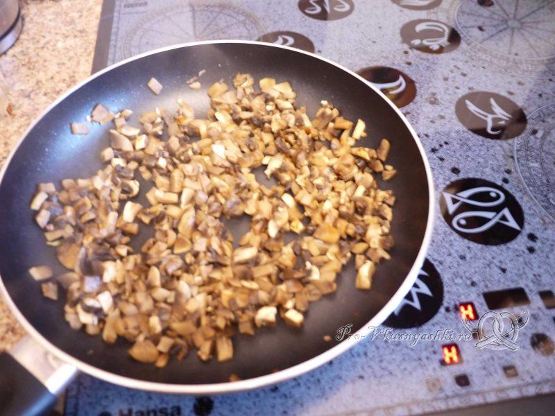 Рулет из лаваша с грибами, яйцом, курицей и сыром - жаренные грибы