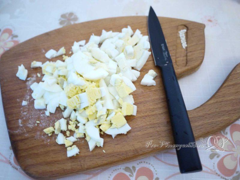 Рулет из лаваша с грибами, яйцом, курицей и сыром - нарезаем яйца